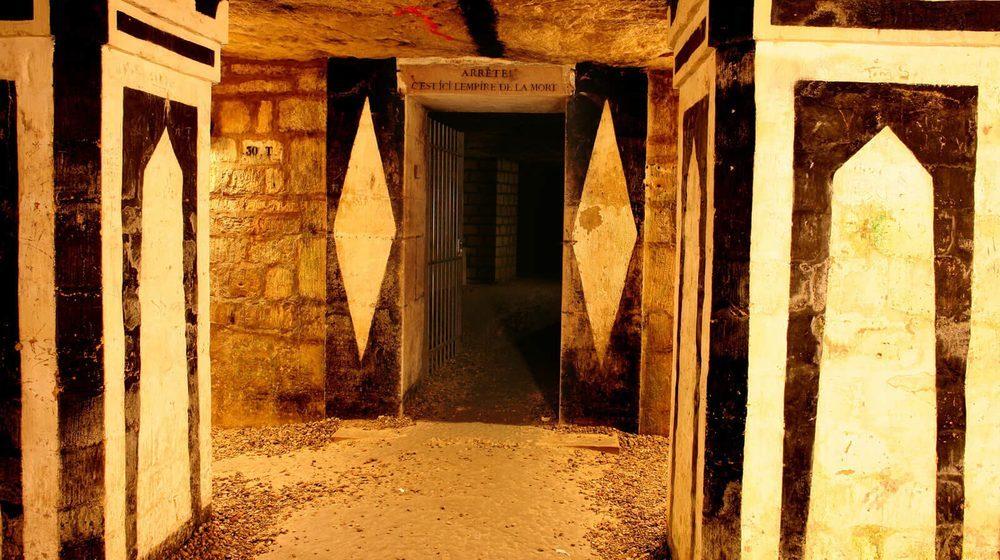 Catacombes de Paris, entrée de l'ossuaire © Eric Emo - Roger Viollet